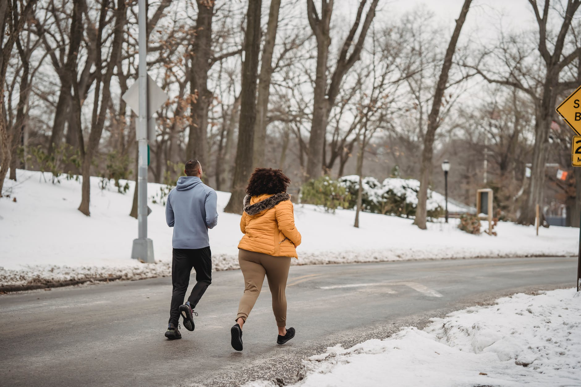 jogging-in-snow